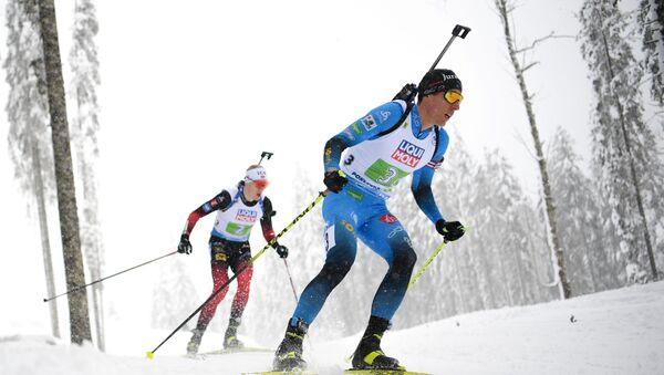 Биатлонисты Йоханнес Бё (Норвегия) и Кентен Фийон Майе (Франция) на дистанции - Sputnik Беларусь