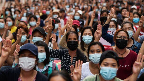 Ночная акция протеста против переворота в Янгоне, Мьянма, 14 марта 2021 года - Sputnik Беларусь