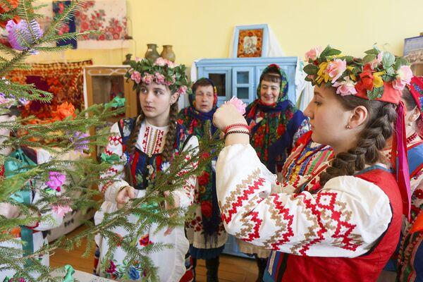 Вырабляюць жаночае пудзіла і прыносяць з лесу маладую ялінку. - Sputnik Беларусь