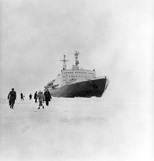 На льдзіне замежныя карэспандэнты - пасажыры атамнага ледакола Ленін, спушчанага на ваду 5 снежня 1957 года. - Sputnik Беларусь