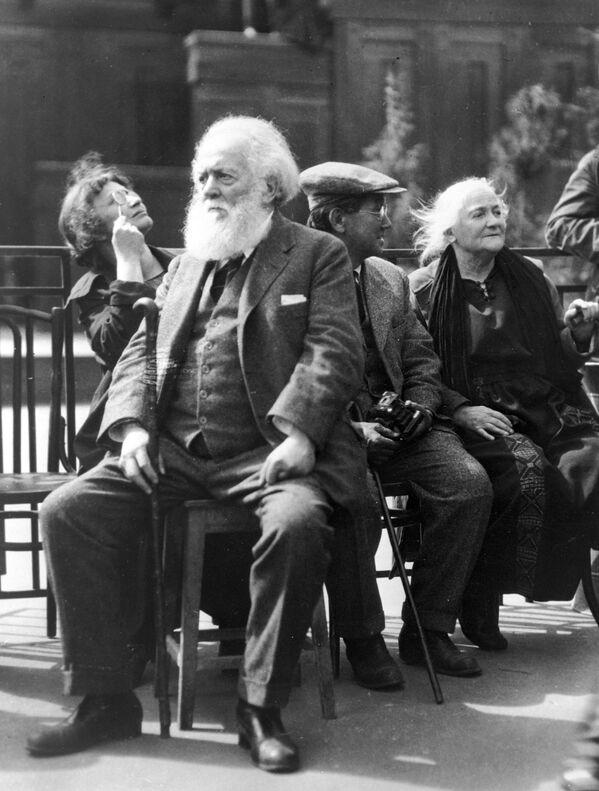 Клара Цэткін (справа) і Сэн Катаяма, старшыня Камуністычнай партыі Японіі (другі справа), на Краснай плошчы. 1925 год. - Sputnik Беларусь
