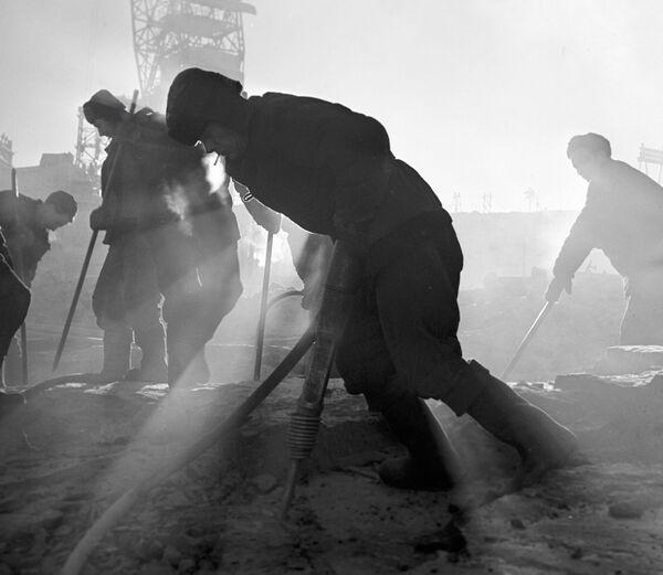 Рабочыя рыхтуюцца да падрыву скальных парод на будаўніцтве Брацкай ГЭС. Іркуцкая вобласць, 1958 год. - Sputnik Беларусь