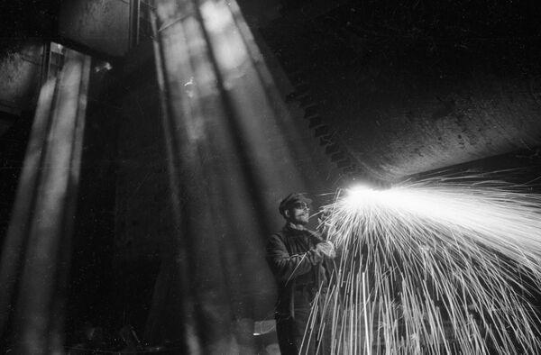 Электразварка цэха тонкага ліста на металургічным заводзе Запорожсталь. Украінская ССР, 1947 год. - Sputnik Беларусь