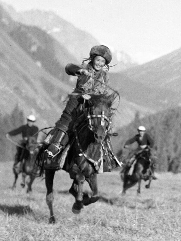 Кіргізская дзяўчына-джыгітка абганяе сапернікаў на скачках, 1936 год. - Sputnik Беларусь