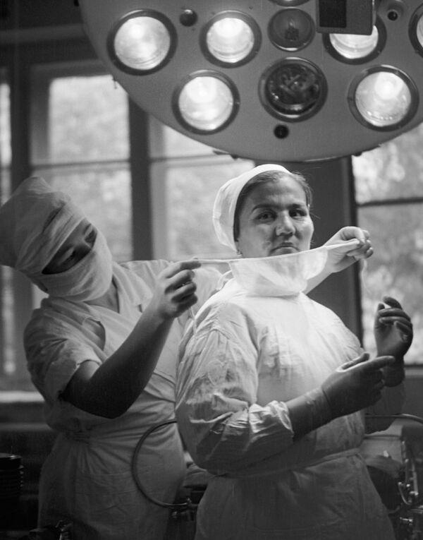 Хірург гарадской бальніцы Душанбэ Налж Масаідава рыхтуецца да аперацыі. 1964 год. - Sputnik Беларусь