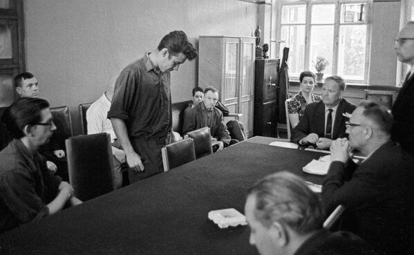 Члены завадскога камітэта прафсаюзаў абмяркоўваюць паводзіны парушальніка дысцыпліны, 1972 год. - Sputnik Беларусь