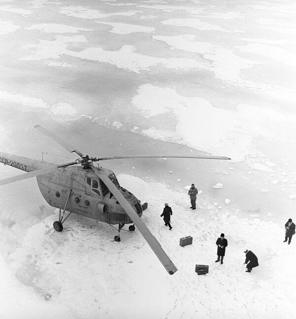 Верталёт на льдзіне перад вылетам на востраў Дыксан, 1964 год. - Sputnik Беларусь
