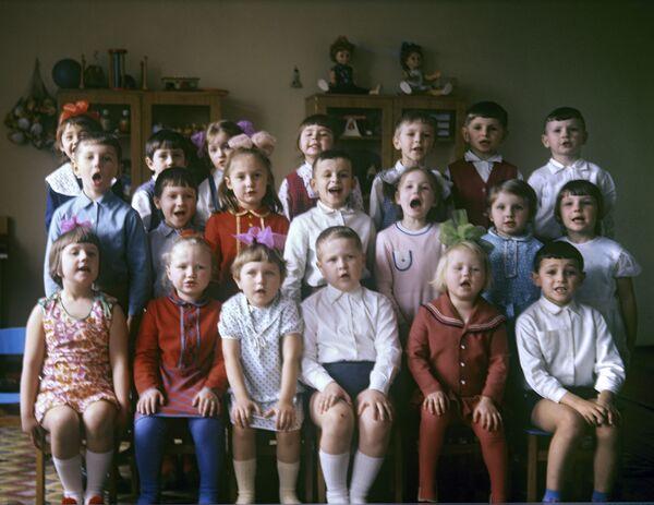 Сярэдняя група дзіцячага сада саўгаса Любань Мінскай вобласці, 1975 год. - Sputnik Беларусь