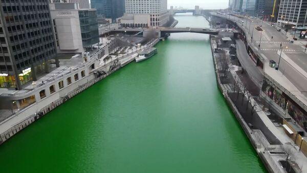Реку в Чикаго покрасили в зеленый цвет ко Дню Святого Патрика – видео - Sputnik Беларусь