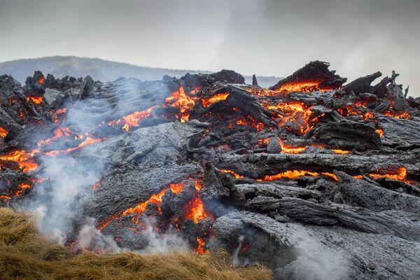 Лава от извержения вулкана на полуострове Рейкьянес на юго-западе Исландии  - Sputnik Беларусь