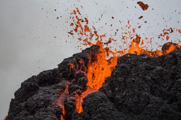 Извержение вулкана на полуострове Рейкьянес в Исландии - Sputnik Беларусь