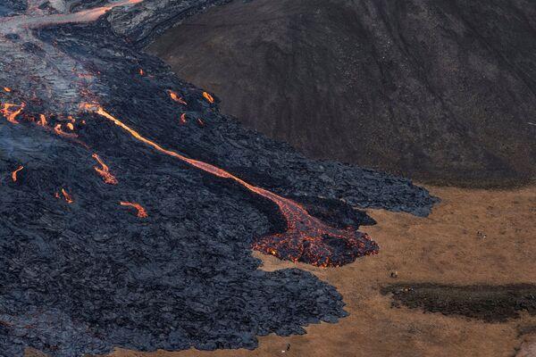 Потоки лавы во время извержения вулкана на полуострове Рейкьянес в Исландии - Sputnik Беларусь