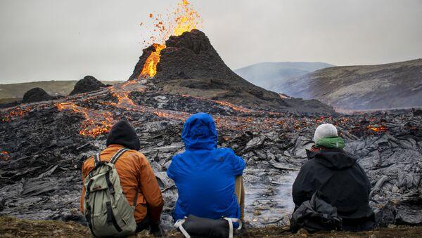 Туристы наблюдают за извержением вулкана на полуострове Рейкьянес в Исландии - Sputnik Беларусь