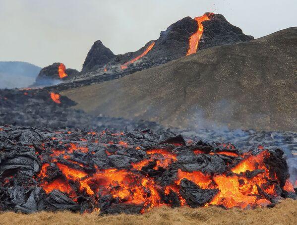 Извержение вулкана в Гелдингадалур на полуострове Рейкьянес в Исландии - Sputnik Беларусь