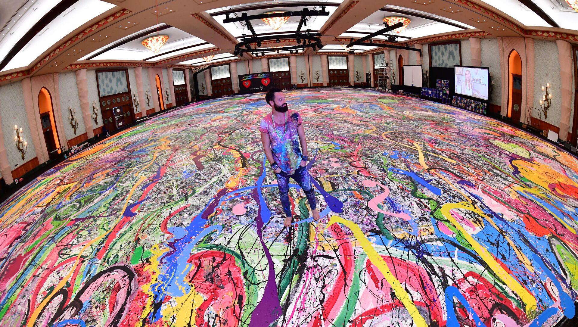Британский художник Саша Джафри, стоящий на своей рекордной картине под названием Путешествие человечества 23 сентября 2020 года - Sputnik Беларусь, 1920, 24.03.2021