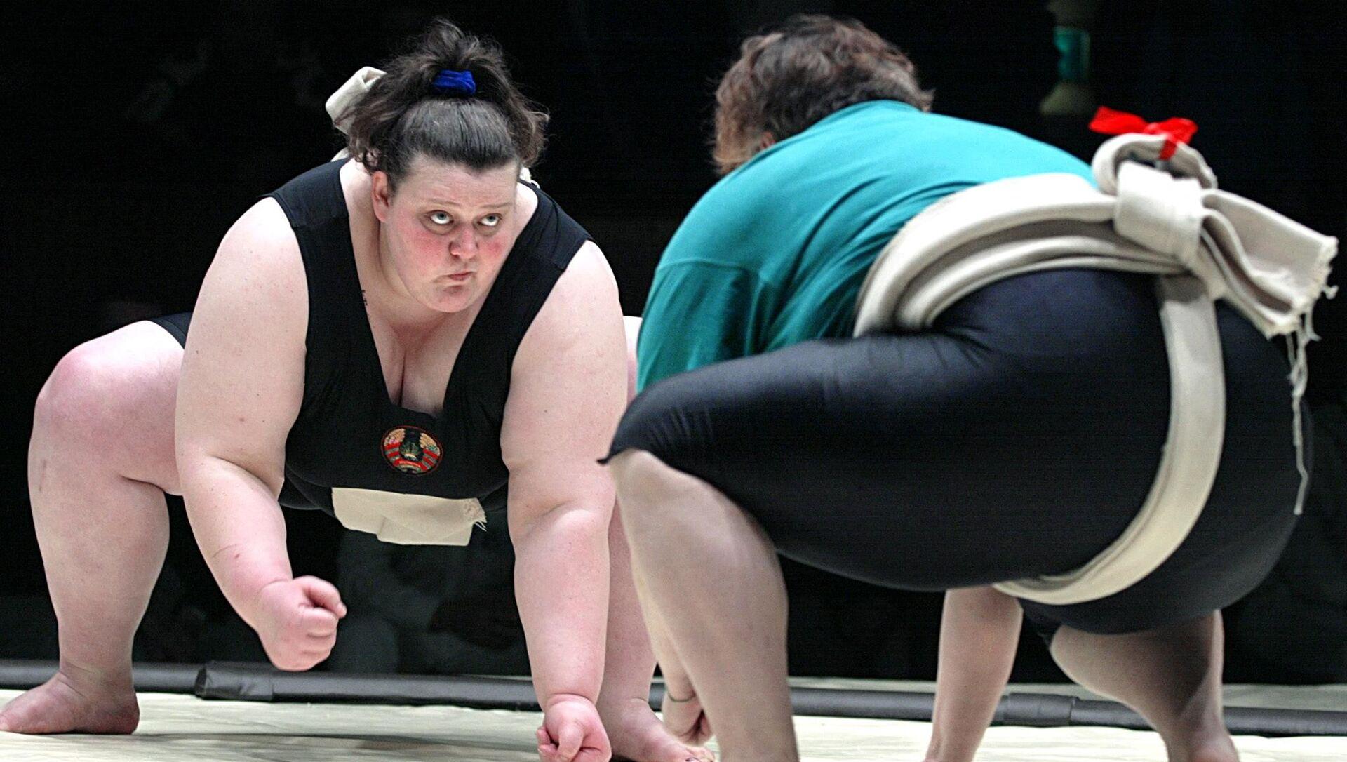 Белорусская сумоистка Вероника Козловская (слева) борется с голландкой Марией Ван Ден Бринк в ходе Международного турнира по сумо в Москве 2 февраля 2002 года - Sputnik Беларусь, 1920, 31.03.2021