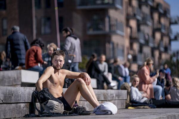 Людзі атрымліваюць асалоду ад цёплага надвор'я ў Капенгагенскай гавані - Sputnik Беларусь