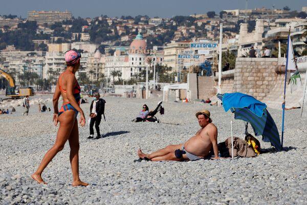 Людзі атрымліваюць асалоду ад сонечнага і цёплага надвор'я на пляжы ў Ніцы, Францыя - Sputnik Беларусь