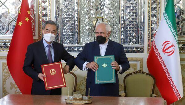 Министр иностранных дел Ирана и министр иностранных дел Китая во время церемонии подписания 25-летнего соглашения о сотрудничестве - Sputnik Беларусь