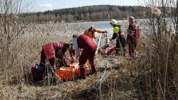 Сотрудники МЧС спасли из озера под Крево троих рыбаков - Sputnik Беларусь