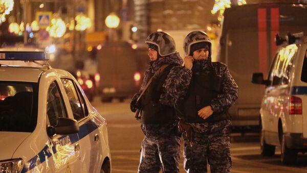 Сотрудники силовых структур на улице Большая Лубянка недалеко от здания ФСБ - Sputnik Беларусь