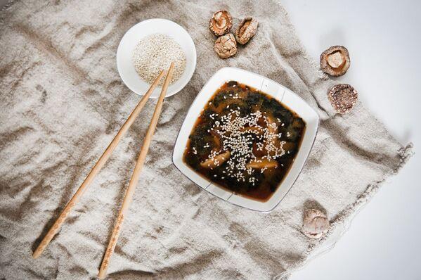 Мисо-суп - традиционный суп японской кухни из пасты мисо, которая производится путем брожения соевых бобов, риса, пшеницы с помощью специального вида плесневых грибов. Паста разводится в горячем бульоне, добавляется тофу, сушеные водоросли, другие ингредиенты по вкусу. В Японии считается, что мисо помогают предупредить болезнь и укрепить организм.  - Sputnik Беларусь