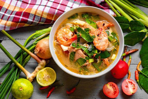 Том ям - кисло-острый суп с креветками, курицей, рыбой или другими морепродуктами родом из Лаоса и Таиланда. Основные его ингредиенты: листья кафрского лайма, галанга, перец чили, лемонграсс, кинза, рыбный соус. Подается с рисом. - Sputnik Беларусь