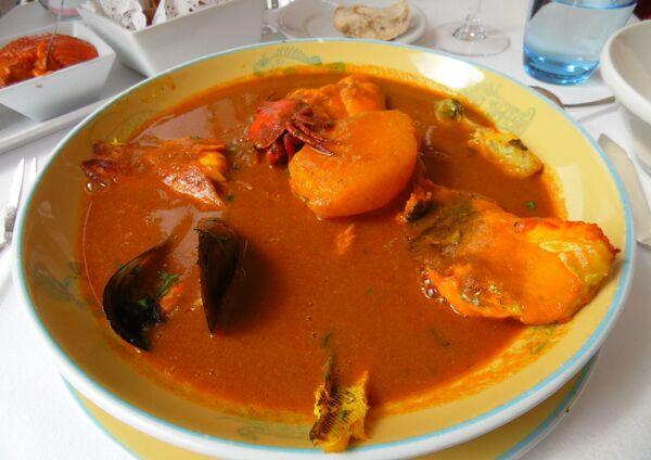 Буйабес, или марсельская уха - это суп французских рыбаков. Он готовился из остатков нераспроданной рыбы. А сегодня это изысканное блюдо из морепродуктов удел дорогих ресторанов, где цена за тарелку доходит до 200 евро. - Sputnik Беларусь