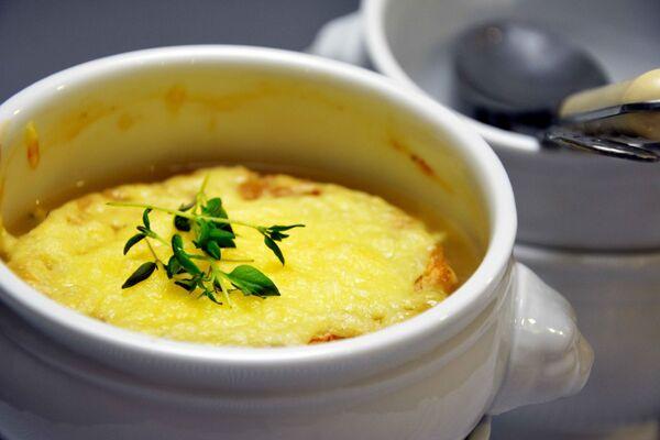 Французский луковый суп известен с древних времен. Это пассерованный лук в бульоне с сыром и гренками. Иногда туда добавляют белое вино или херес и настаивают перед подачей. - Sputnik Беларусь