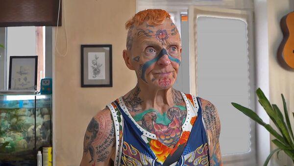 Больш за 60 малюнкаў на целе: пенсіянер ўпрыгожвае сябе татуіроўкамі – відэа - Sputnik Беларусь