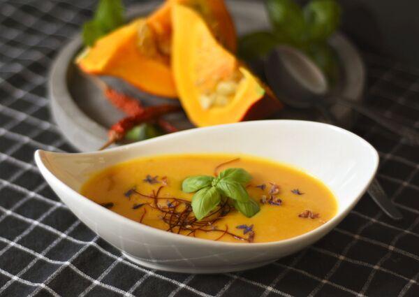 Тыквенный суп родом из Франции или Италии, но давно полюбился всему миру. Его готовят из тыквы с добавлением мягкого сыра, сельдерея, трав. И обязательно посыпают тыквенными семечками. Приятного аппетита! - Sputnik Беларусь