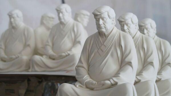 Статуи бывшего президента США Дональда Трампа в буддийской медитативной позе работы китайского дизайнера - Sputnik Беларусь