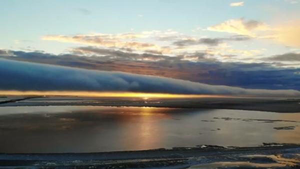 Утренняя слава: завораживающее облако-труба над Финским заливом – видео - Sputnik Беларусь
