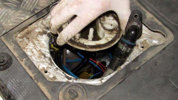 Белорусские таможенники нашли около 22 килограмм гашиша в топливном баке машины - Sputnik Беларусь