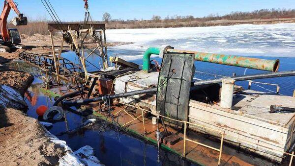 Водолазы подняли со дна водоема 35-тонный корабль – видео - Sputnik Беларусь