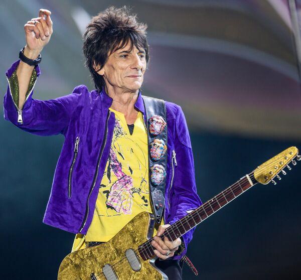 Участник групп The Rolling Stones и The Faces Ронни Вуд происходит из цыганской семьи, он вырос недалеко от аэропорта Хитроу с сильным желанием только играть музыку и рисовать. - Sputnik Беларусь