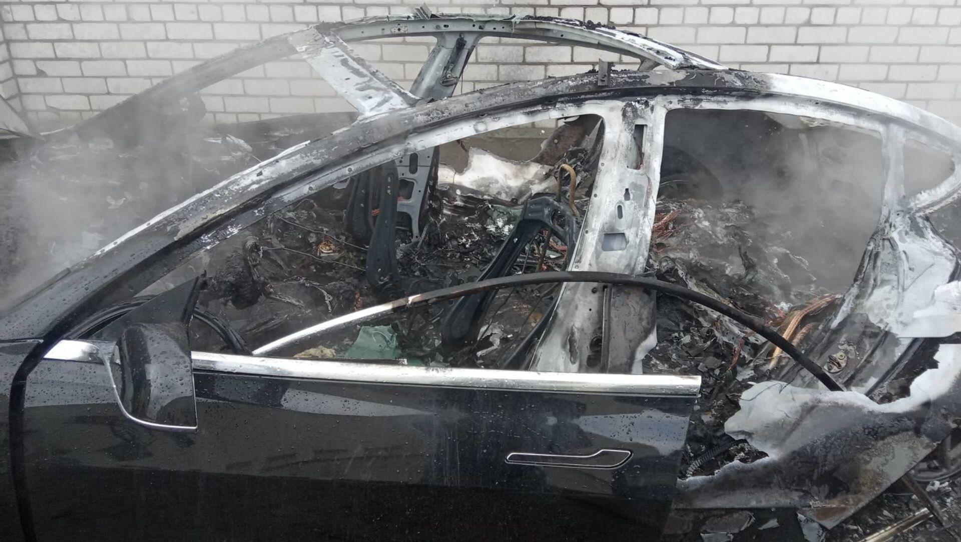 Электрокар Tesla сгорел дотла в Могилеве - Sputnik Беларусь, 1920, 08.04.2021