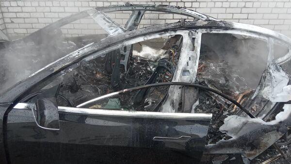 Электрокар Tesla сгорел дотла в Могилеве - Sputnik Беларусь
