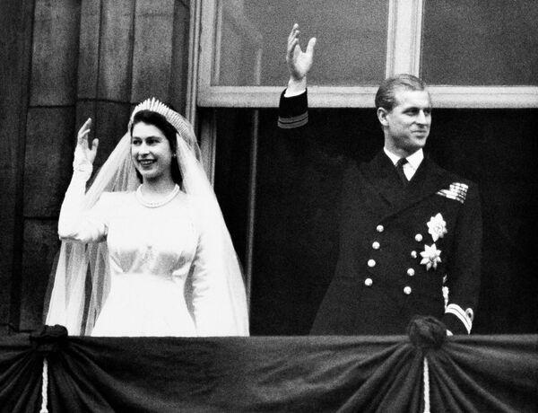 Британская королева Елизавета II и принц Филипп в день своей свадьбы в Лондоне, 1947 - Sputnik Беларусь