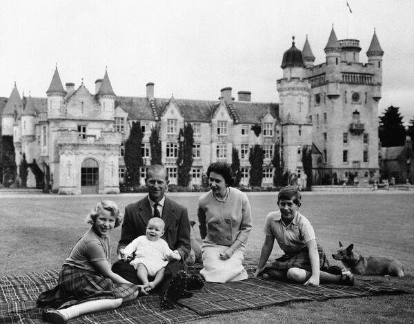 Королева Англии Елизавета II и её муж принц Филипп и трое их детей в замоке Балморал - Sputnik Беларусь