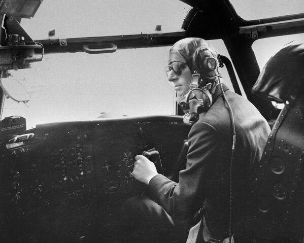 Принц Филипп, герцог Эдинбургский за управлением самолетом Блэкберн - Sputnik Беларусь