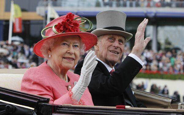 Британская королева Елизавета II с принцем Филиппом прибывают на скачки Royal Ascot в Аскоте - Sputnik Беларусь