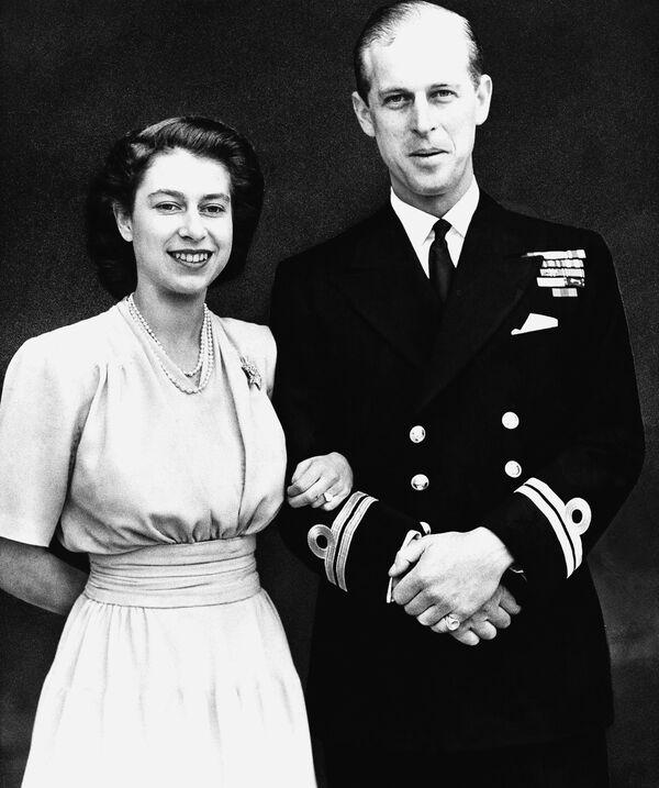 Принцесса Елизавета и ее жених, лейтенант Филипп Маунтбеттен - Sputnik Беларусь