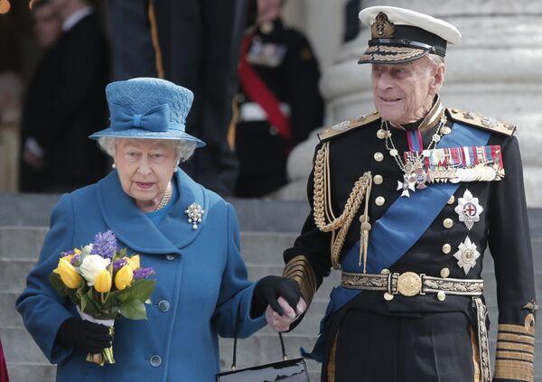 Королева Великобритании Елизавета II в сопровождении принца Филиппа - Sputnik Беларусь