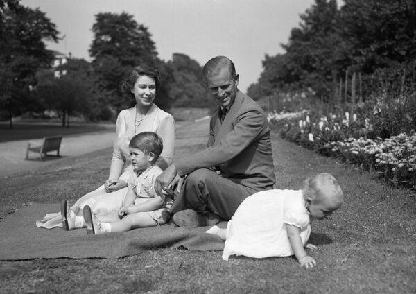 Принцесса Елизавета с принцем Филиппом, герцогом Эдинбургским, и принцем Чарльзом, наблюдают за принцессой Анной - Sputnik Беларусь