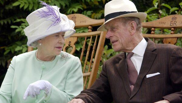 Королева Великобритании Елизавета II и британский принц Филипп, герцог Эдинбургский во время музыкального представления в Abbey Gardens, Бери-Сент-Эдмундс - Sputnik Беларусь