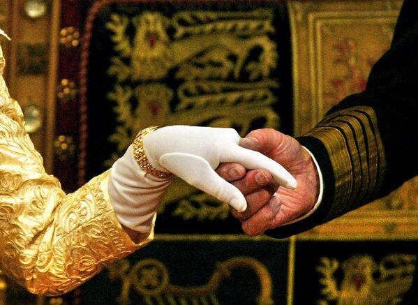 Герцог Эдинбургский держит за руку королеву Елизавету II - Sputnik Беларусь