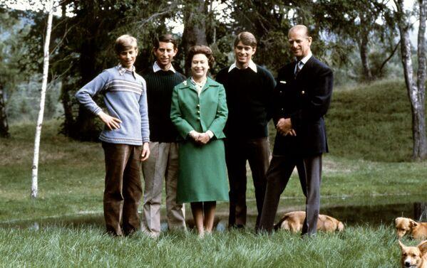Королева Елизавета II и герцог Эдинбургский позируют со своими тремя сыновьями Чарльзом, Эдвардом и Эндрю и королевскими коргами во время 32-й годовщины свадьбы в замке Балморал, Шотландия - Sputnik Беларусь