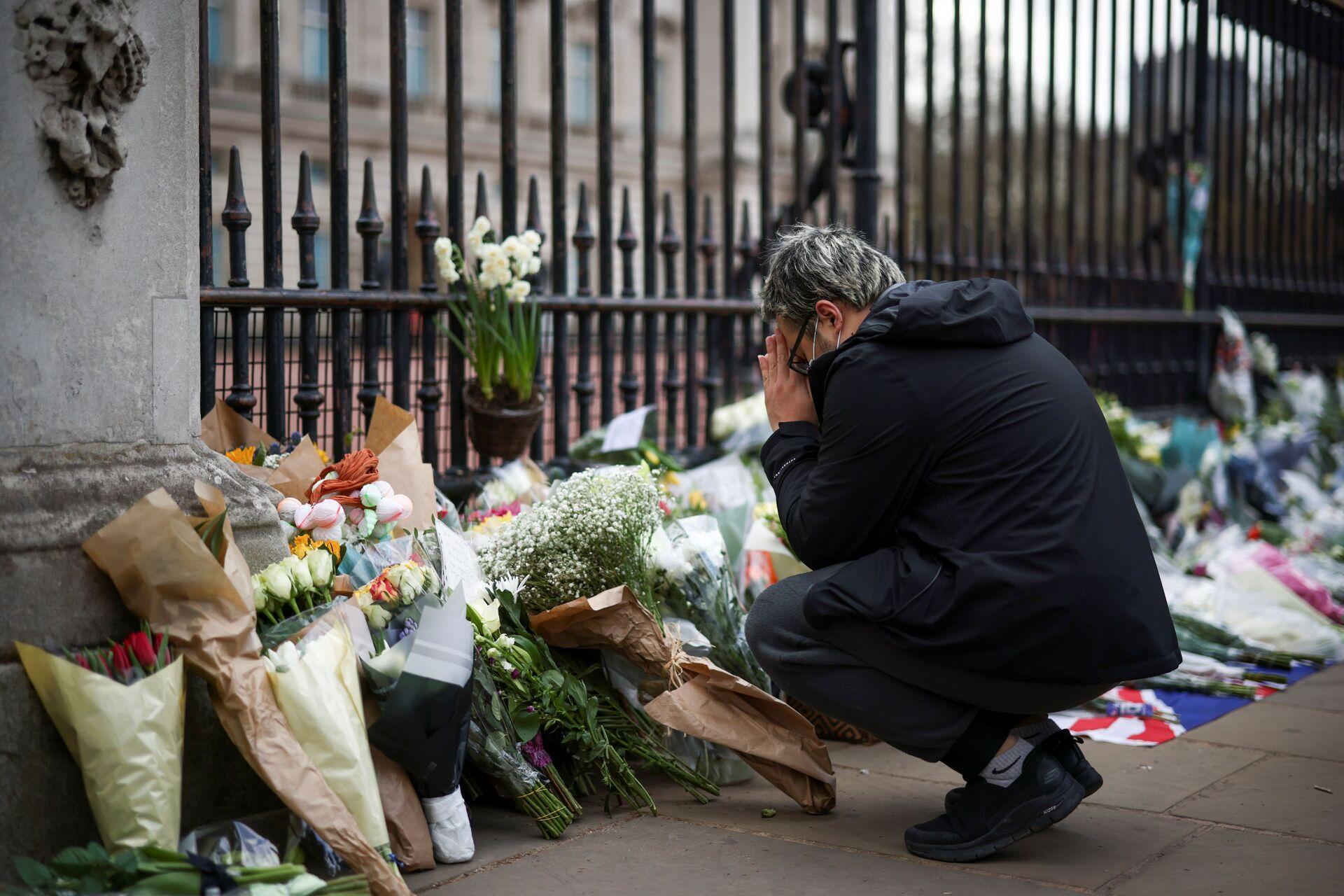 Жители Лондона несут цветы к Букингемскому дворцу в память о принце Филиппе - Sputnik Беларусь, 1920, 09.04.2021