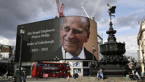 Трибьют британскому принцу Филиппу проецируется на большой экран на площади Пикадилли в Лондоне - Sputnik Беларусь